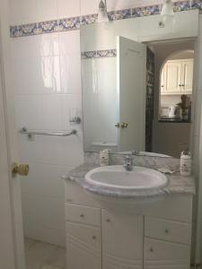 Downstairs bathroom (2)